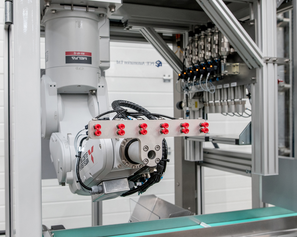 CDA - Robots take their pick in plastic moulding application